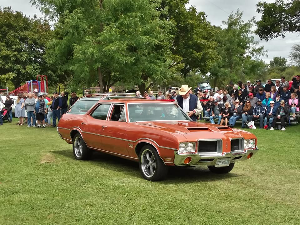 Specialty- 1971 Oldsmobile Vista Cruiser, Chris & Tnina Wolak